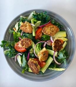 Kikert boller: Tallerken med kikertboller og salat.